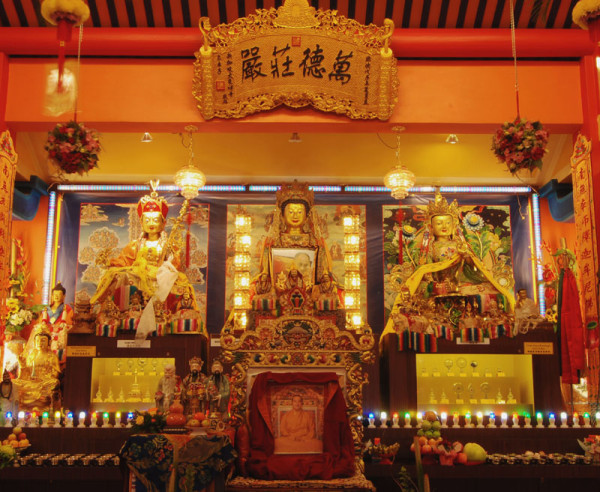 Altar_at_Thekchen_Choling_Buddhist_Temple,_Singapore